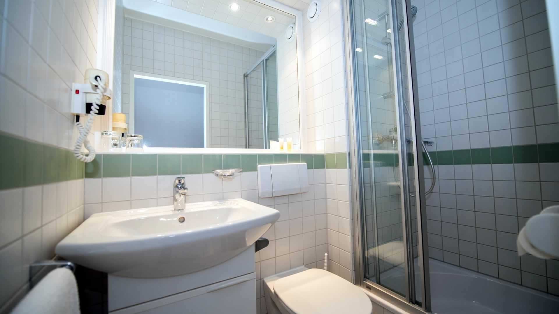 Badezimmer im Einbettzimmer im Parkhotel Styria in Steyr